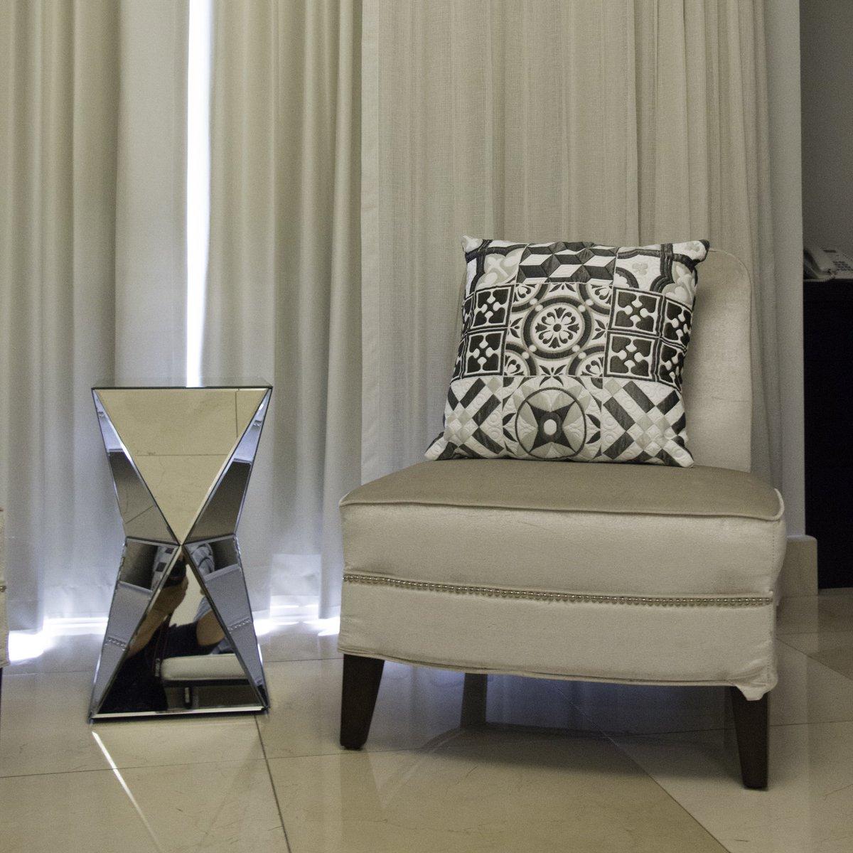 La intimidad de tu habitación merece los mejores detalles. Encuentra velvet para tus sillones y jacquard tommy para los cojines en nuestras tiendas.   #ImaginaTodoloquePuedesCrear #Crealo #Diseñalo #Imagínalo