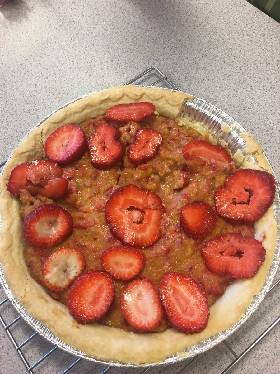 Letting Grade 8s choose their recipes and cook what they want... leads to interesting concoctions. @SD63NSaanich #futurechefs #cookinghawks #strawberrytarte #porkramen #gfpizza<br>http://pic.twitter.com/pq1PfpDY6l
