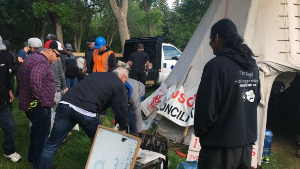 Remaining protesters at Regina camp arrested, and teepee will come down aptnnews.ca/?p=95409