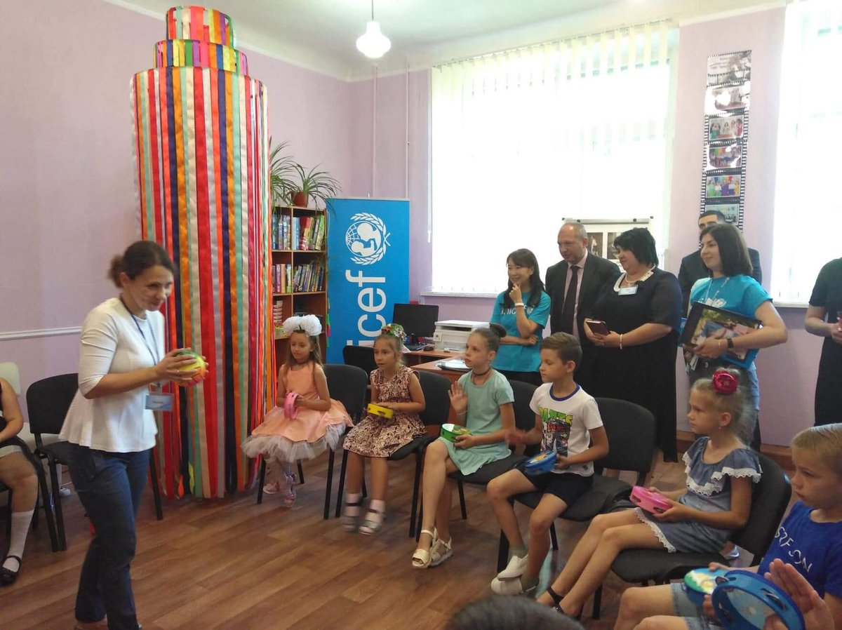 UNICEF Regional Ambassador Ms. Chan interacts with children during art-therapy workshop in Toretsk Center for psychological counselling and shares her experience of overcoming critical situations during the Great East Japan Earthquake and Tsunami with teachers.