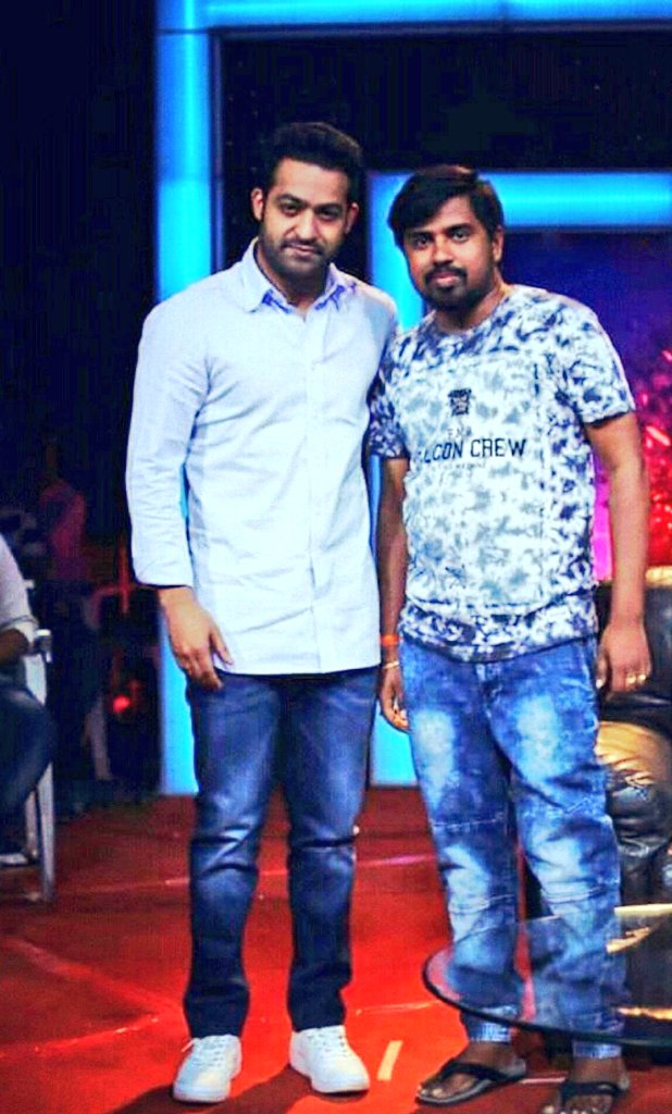 Massive King  Wowwww...  @tarak9999 drlng  #CUTENESS overloaded in this pic  Love you Jai...  #ntr #YoungTigerNTR  #Dhee10Finals #Dhee10  #cutenessoverload <br>http://pic.twitter.com/U2MqRkwyQN