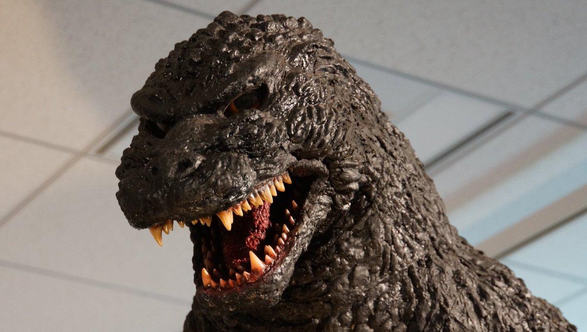 d2c15c7c71b ... を黒に再塗装)と去年なんばマルイ内で展示された怪獣惑星版ゴジラ。 https://commons.wikimedia.org/wiki/Category:Godzilla_statue  …pic.twitter.com/vUGLwyCrqa