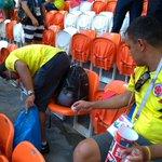 この姿勢見習いたい!試合後にコロンビアサポーターが一緒にゴミ拾いをする!