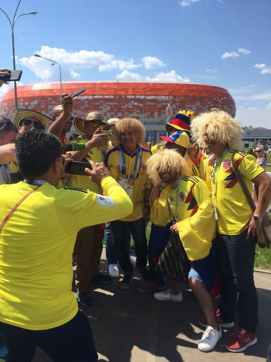 Unos hinchas colombianos se fotografían junto a  PibeValderramaP cerca del  Mordovia Arena en el que 285fa41a0be