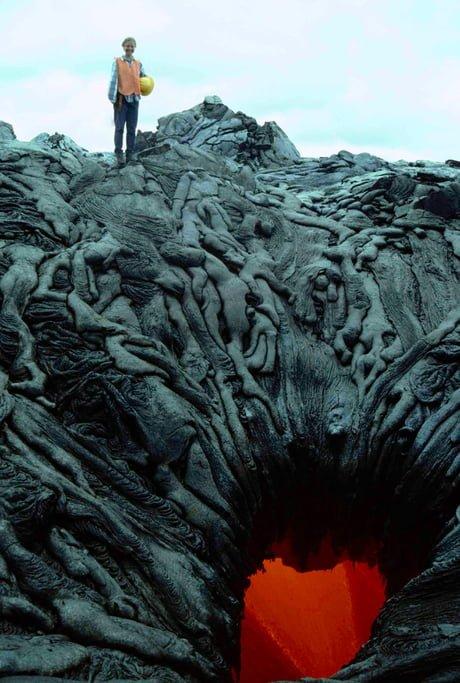 La lava se enfrío en este volcán, y ahora parecen almas entrando al infierno.