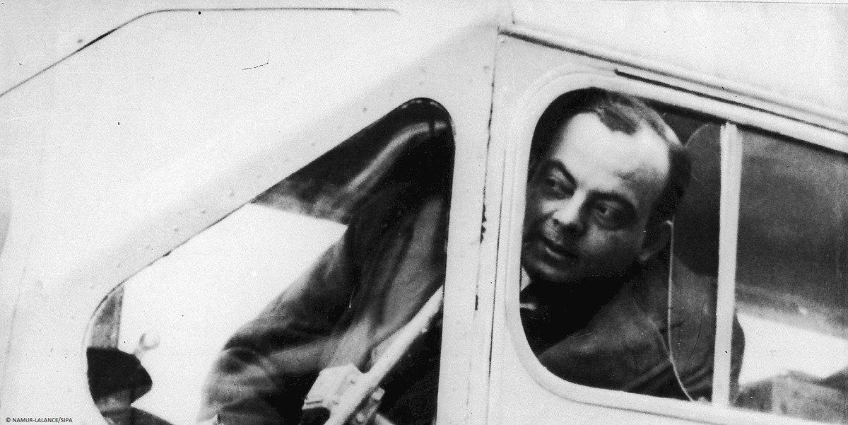 Né à Lyon le 29 juin 1900, Antoine de Saint-Exupéry devint pilote pour l'Aéropostale tout en menant une carrière d'écrivain et de journaliste. Disparu en mer en 1944, il avait cependant laissé un dernier manuscrit : le Petit Prince est devenu son œuvre la plus célèbre. #CeJourLà
