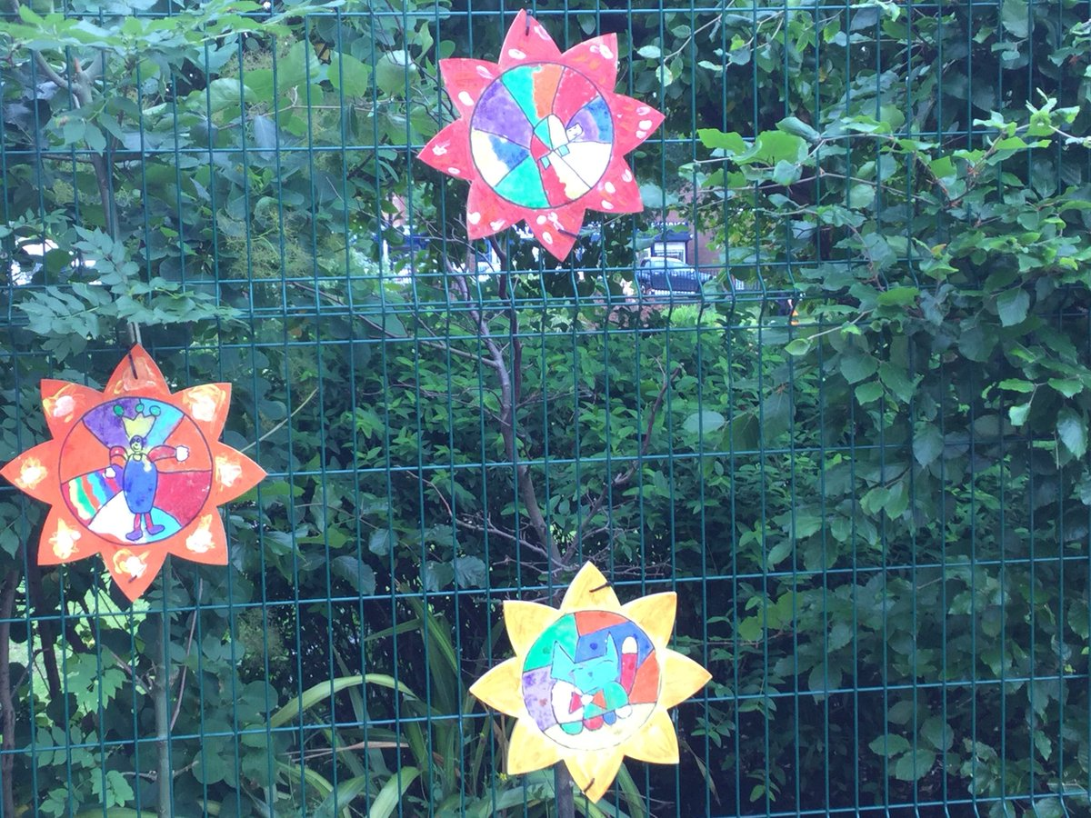 All of us @RomileyPS love our new 'flowers' that were painted by the infants. What a difference they make. 🌼🌸