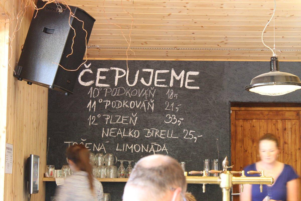 P6: Non, vous ne rêvez pas: Dans la campagne tchèque, comme à Kokoín, le demi litre de bière pression est à moins de 0,40€. Tout petit peti petit prix pour une grande grande soif :p #VisitCZ #BattlePhoto  - FestivalFocus