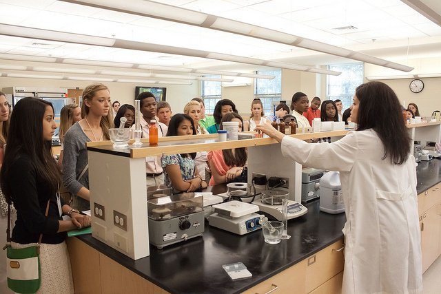 Don't miss out on the next Pharmacy Friday! Sign up now for this Friday's opportunity for prospective students to tour the School, learn about our programs, and the admissions process while interacting with current students. https://t.co/waEmcOv59a https://t.co/8jzHhjp5dx