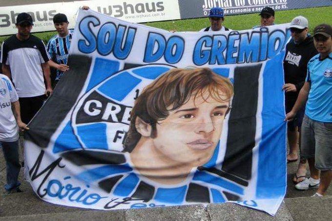 Mário Fernandes seria titular da seleção brasileira de boas, mas ele preferiu trocar a seleção pelo Grêmio (ganhou um trapo) Foto