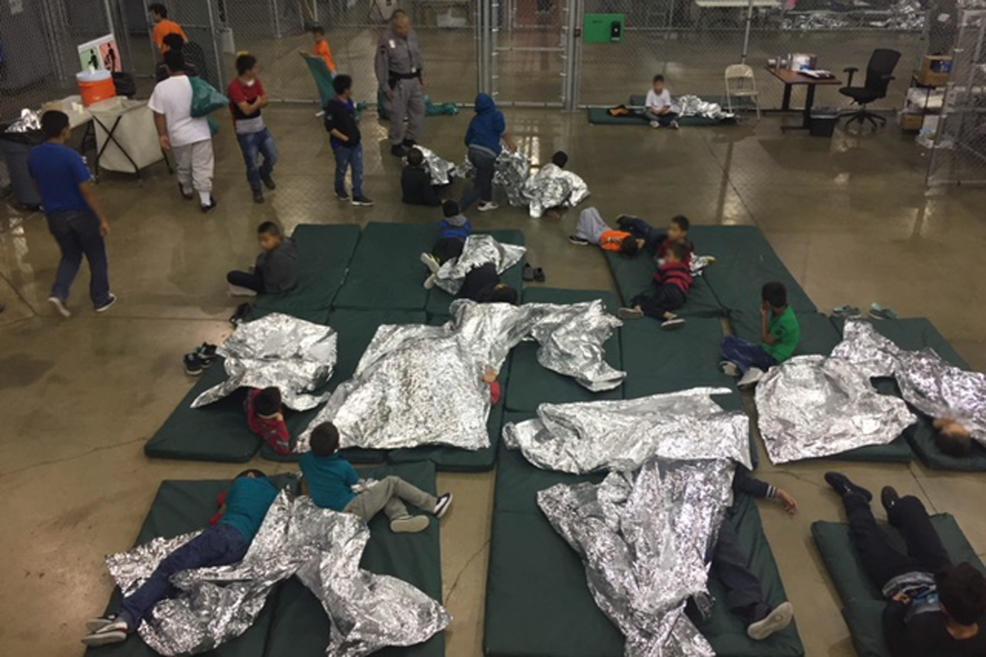 EUA, um dos países mais ricos do mundo, mantém crianças imigrantes em gaiolas, separadas dos pais, com papel alumínio como cobertor. foto: U.S. customs and border protection  https://t.co/kVWLUIJByu