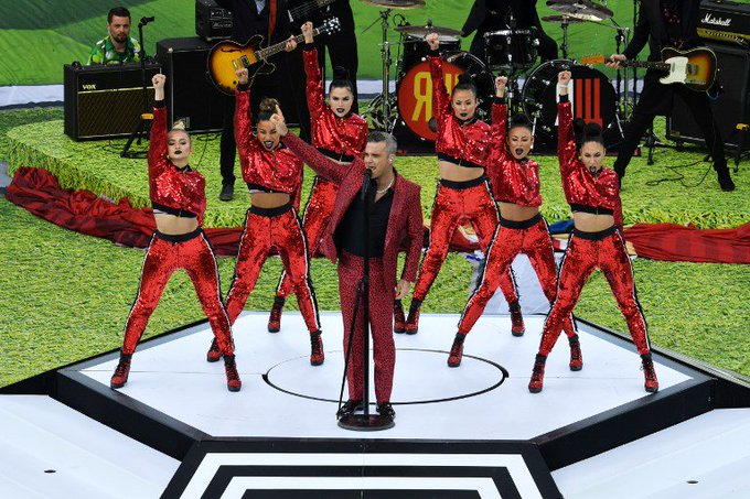 Robbie Williams explica gesto obsceno na abertura da Copa do Mundo Photo