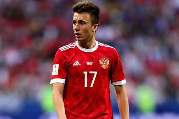 A este chico antes del mundial tenían rato vinculándolo con el Manchester United, luego se sumo la Juventus, comenzó el mundial y Aleksandr Golovin lo quiere hasta el Chelsea que ni DT tiene aún. Si ya era un gran jugador, ahora se está vendiendo muy bien.👌 Photo