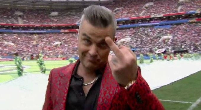 Robbie Williams explica gesto obsceno na abertura da Copa do Mundo Foto
