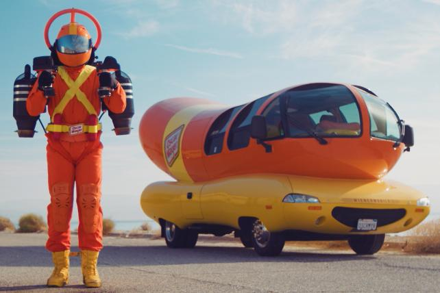 It's bun-believable: Oscar Mayer flies jetpack-wearing, hot dog-toting superhero over New York in publicity stunt. https://t.co/vyFXcku0X5