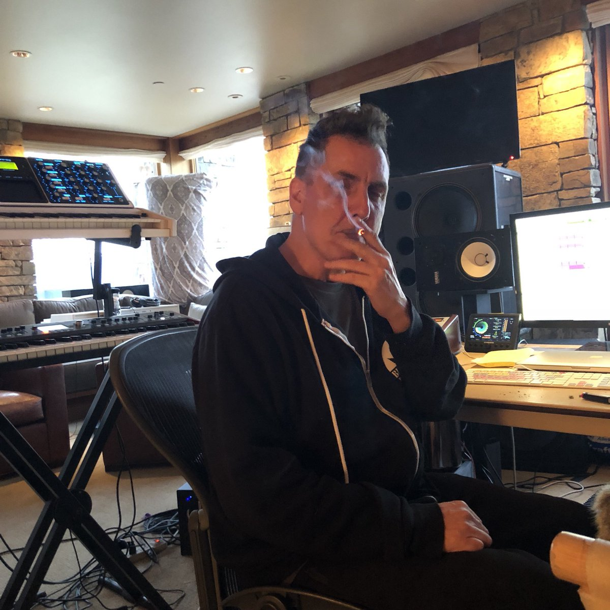Long-time friend and collaborator of @kanyewest, producer/engineer/guitarist extraordinaire, the legendary @therealmikedean was of course in Wyoming manning the boards and wearing many hats to get these projects completed! #TheWyomingSessions #SoundCloud soundcloud.com/remindmetotell…