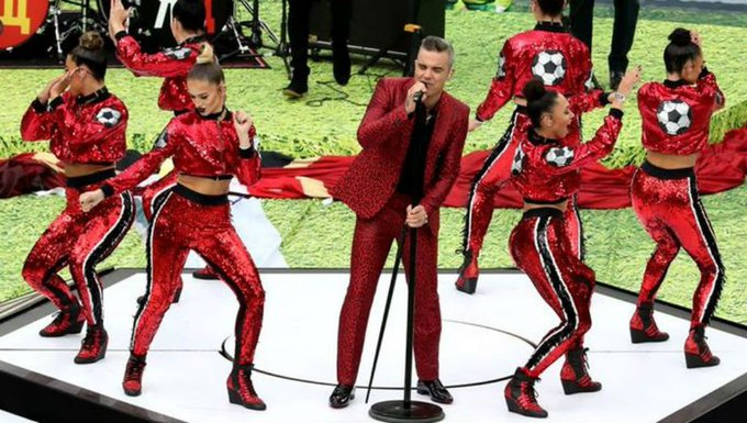 Robbie Williams explica por que mostrou o dedo do meio na abertura da Copa do Mundo Photo
