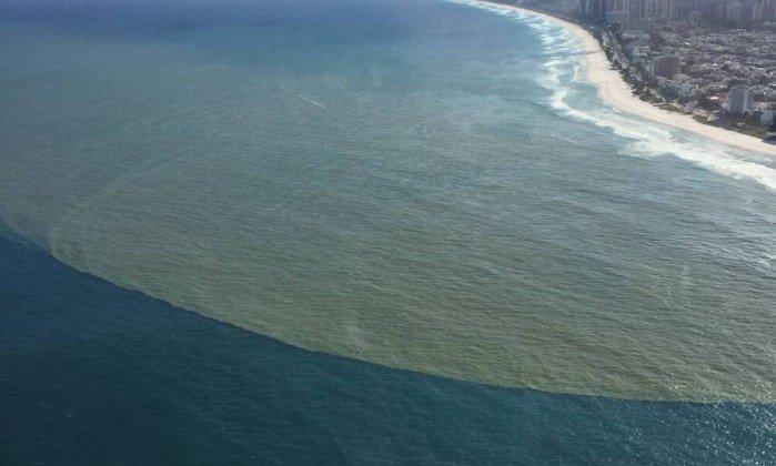 Rio: Mancha de esgoto aparece na Praia da Barra, altura do Quebra-mar. https://t.co/EtijUqjCPT