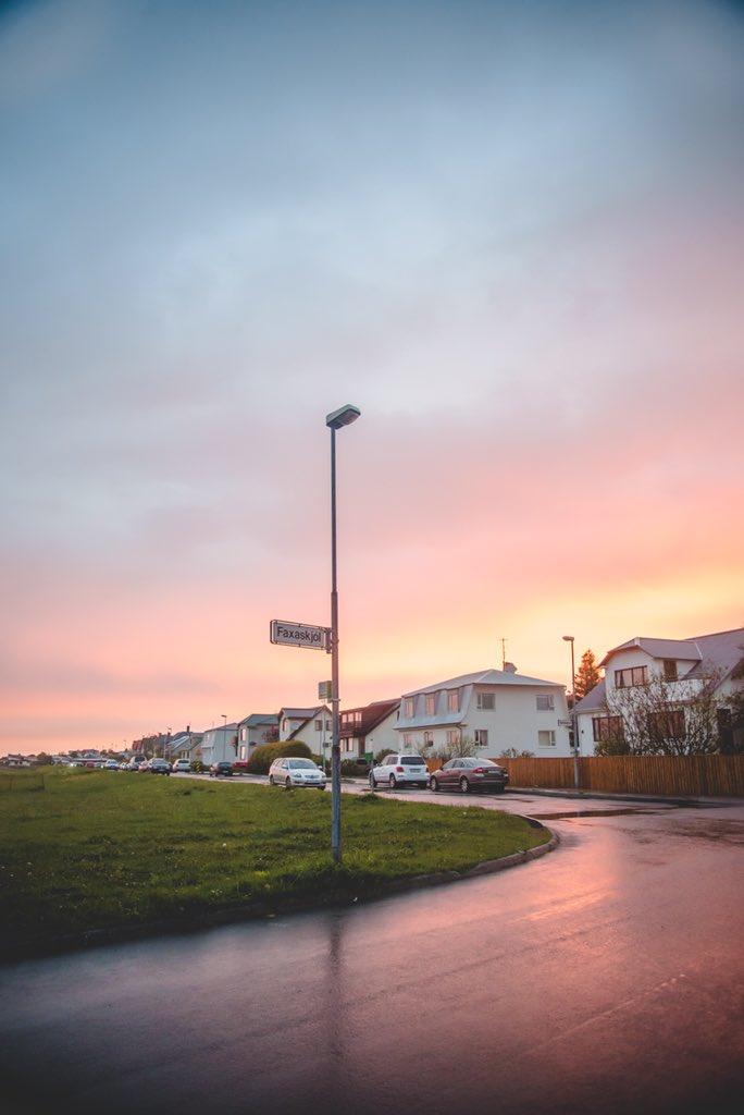 夏至に合わせて来たアイスランドの白夜、深夜0時〜2時の写真。日没前の空が1番綺麗な瞬間、普通だと数分しかないあれがこっちだと3時間くらい続く。太陽が沈んだ方角からまたすぐ出てきて時間が戻ったみたいだった。