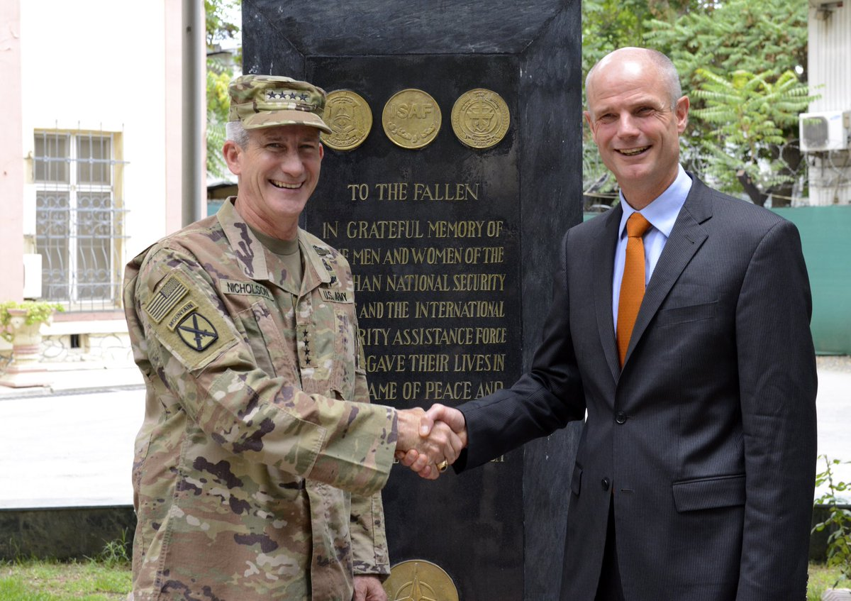 Heb Generaal Nicholson van de #NAVO-missie in Afghanistan ingelicht over de bijdrage die NLse militairen ook de komende drie jaar blijven leveren aan de veiligheid van Afghanistan en de stabiliteit van deze belangrijke regio voor Europa. Foto's? Zie: flickr.com/photos/ministe…