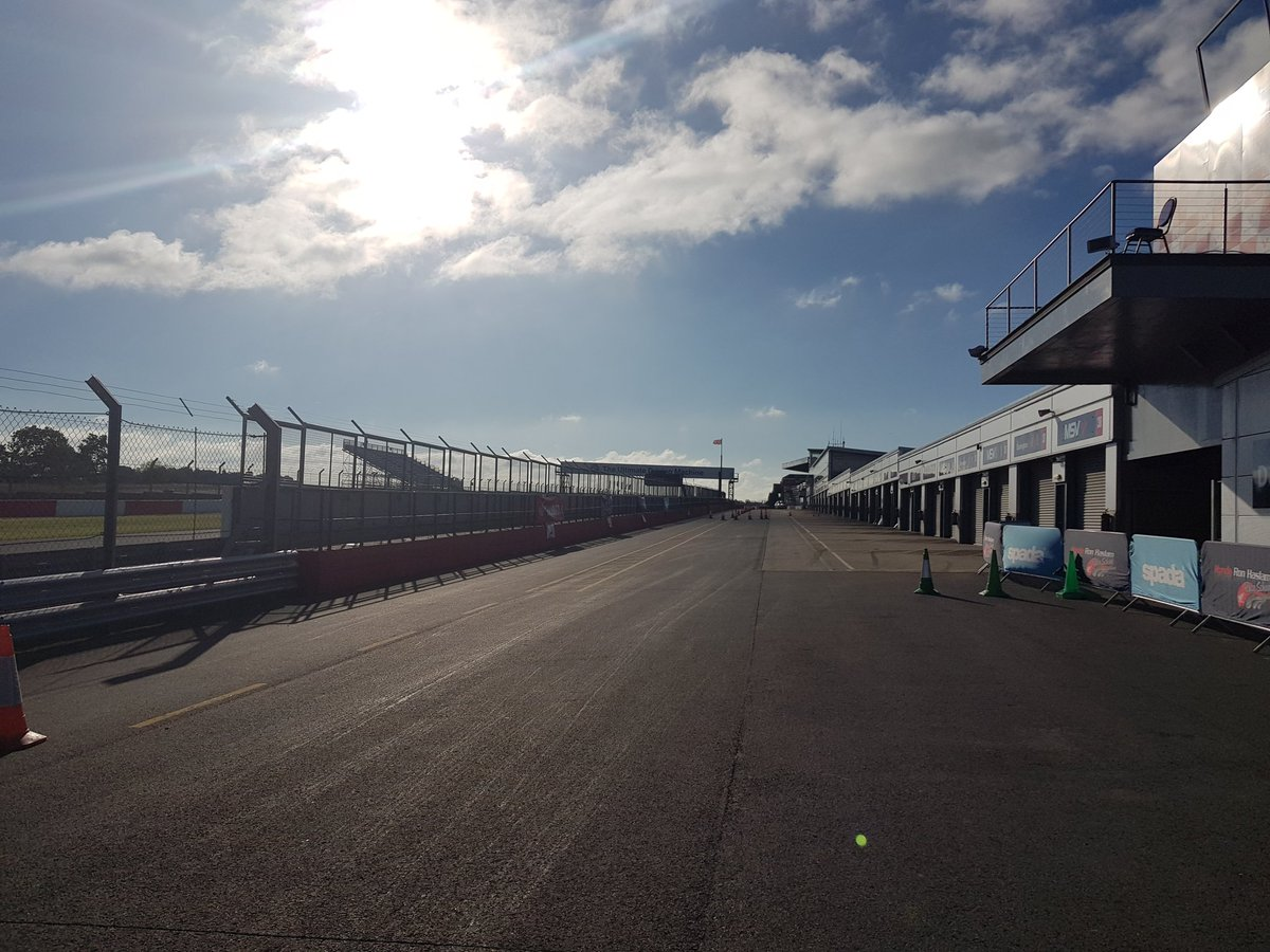 A beautiful sunny start to our race school this morning #HRHRS #HondaUK #DoningtonPark @HondaUKBikes @DoningtonParkUK<br>http://pic.twitter.com/z6MxgqwyZ2