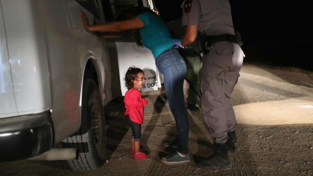 Vidéo : un proche de #Trump se moque d'une petite trisomique mexicaine séparée de sa mère https://t.co/aY4TTAsh12