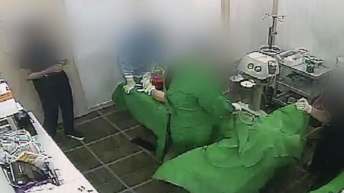 [JTBC 뉴스룸] 강남 유명 성형외과, 수술실서 마취 환자 상대로 신체 등을 비하하며 조롱하고 성희롱. 피해 환자가 갖고 들어간 녹음기에 그대로 담겨 https://t.co/bfhEkvqOKh