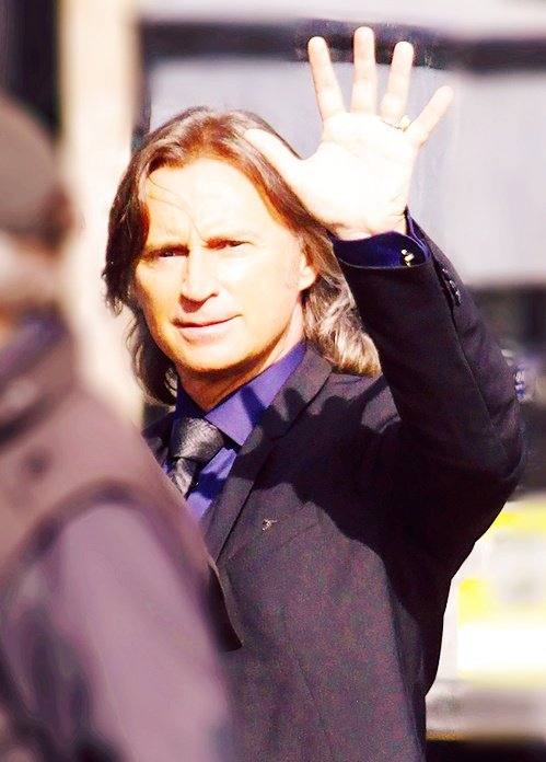 Take a bow #RobertCarlyle your proytral of the many different rumples and  http:// Mr.Gold  &nbsp;   was amazing and we will never see a character in my opinion played as well as you only you could do it. #thankyou #youaremissed on #OUAT<br>http://pic.twitter.com/uLhzzRbPBs