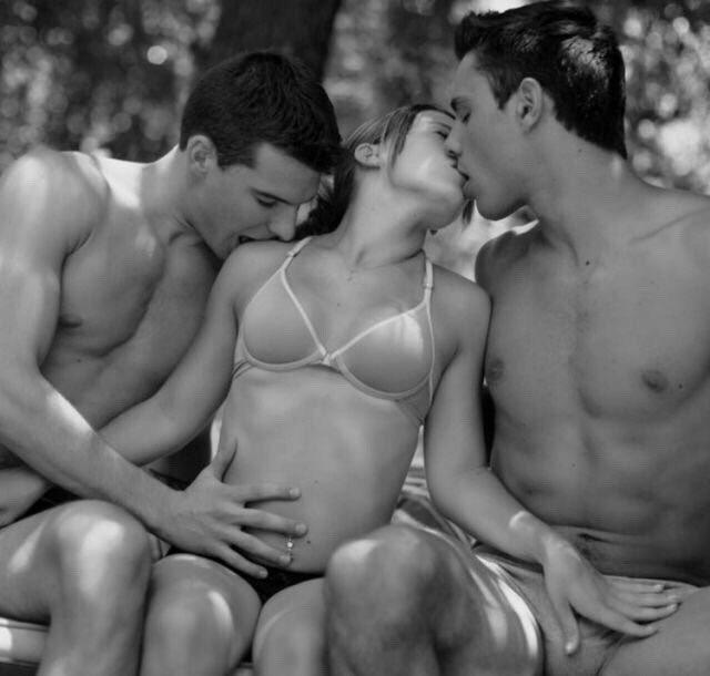 молодая девушка на двоих мужиков секс имеет