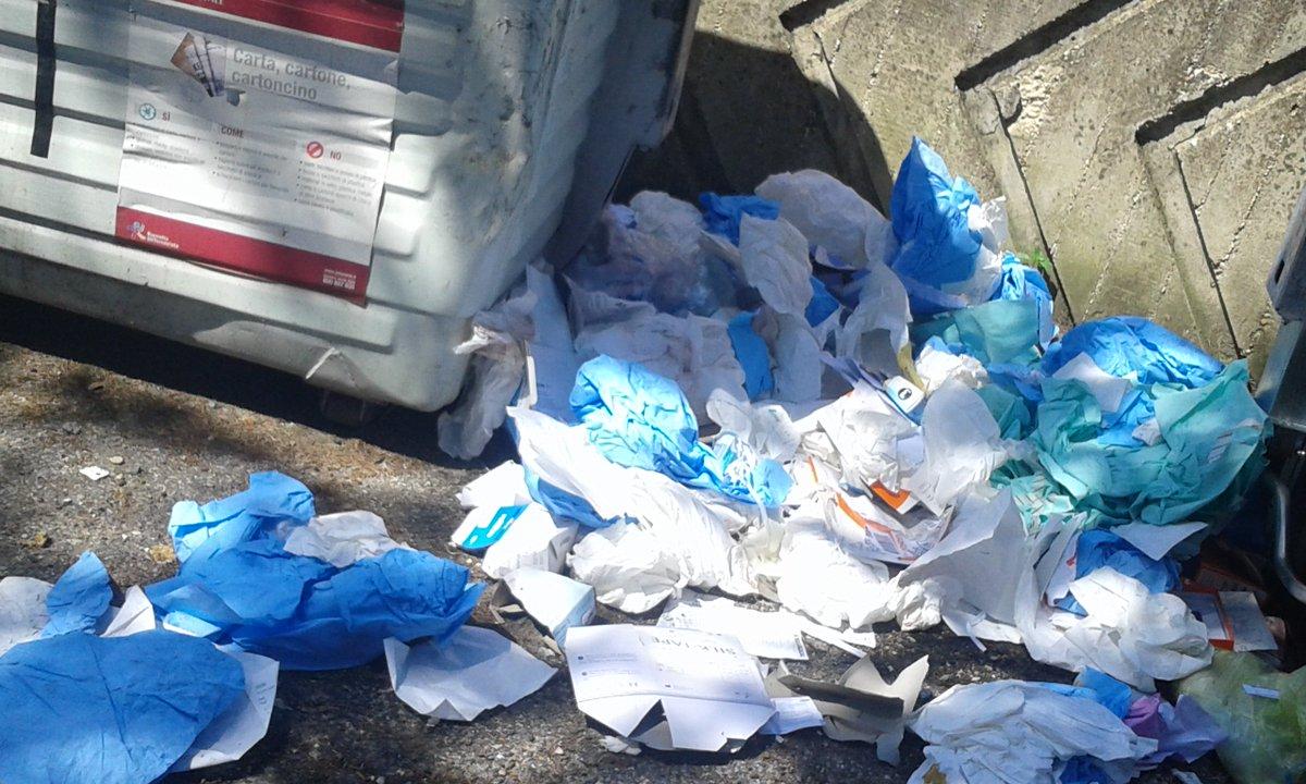 @virginiaraggi Via Cosimo de Giorgi, tra hotelRouge&Noire e NuovaClinicaItor il nuovi cassonetti poggiati sui rifiuti di anni&anni! @PLRomaCapitale #AIUTO  - Ukustom
