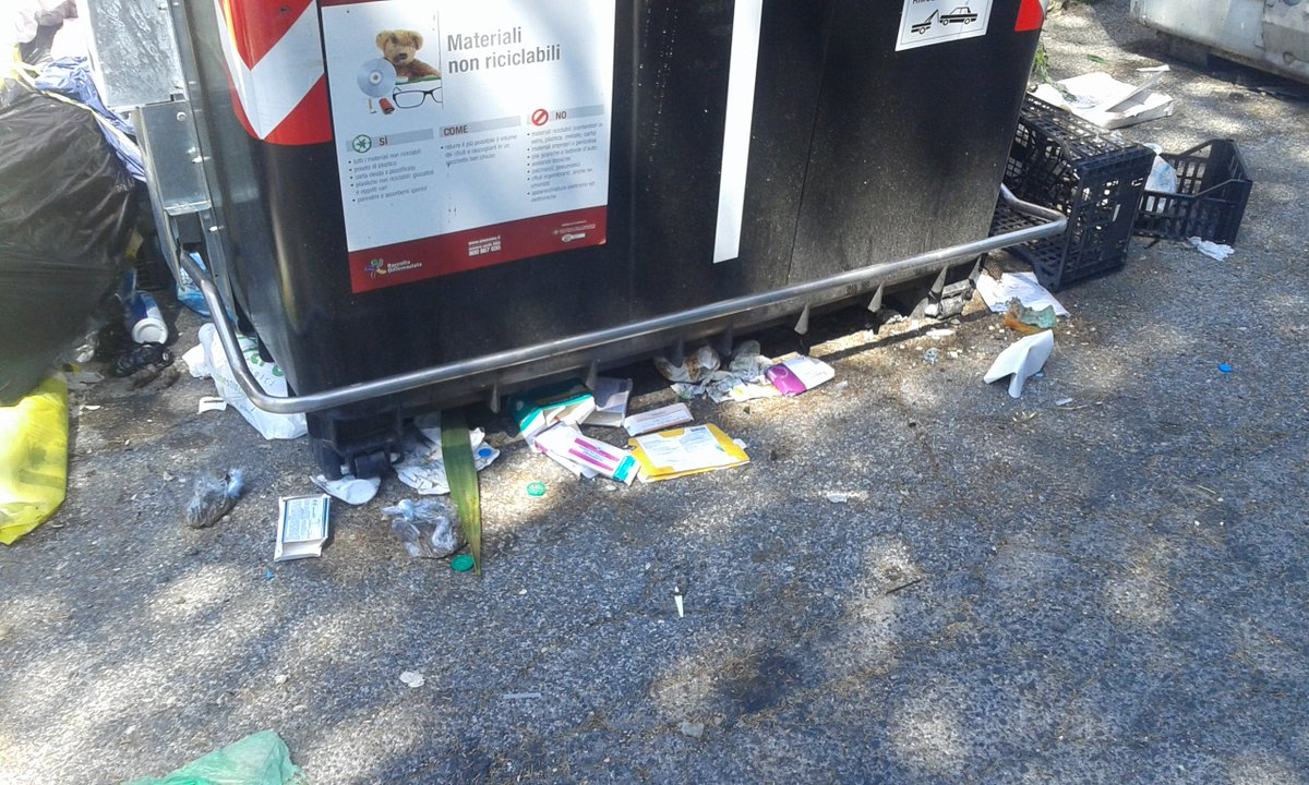 @virginiaraggi Via Cosimo de Giorgi, tra hotel Rouge&Noire e NuovaClinicaItor il nuovi cassonetti poggiati sui rifiuti di anni&anni! @PLRomaCapitale #AIUTO  - Ukustom