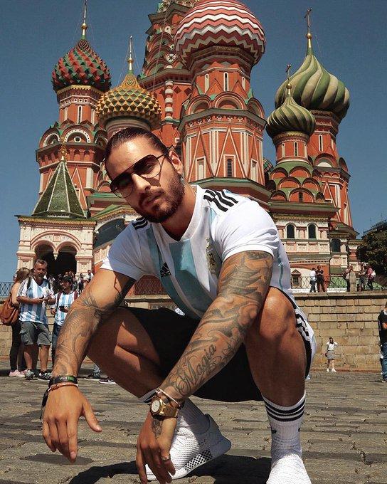 Um bandido invadiu o quarto do @maluma em Moscou e levou quase 3 milhões de reais. Ele está na Rússia para a #Copa2018 ➝ Photo