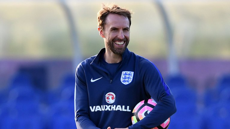 BREAKING: @England boss Gareth Southgate has dislocated his right shoulder while out running today. #SSN