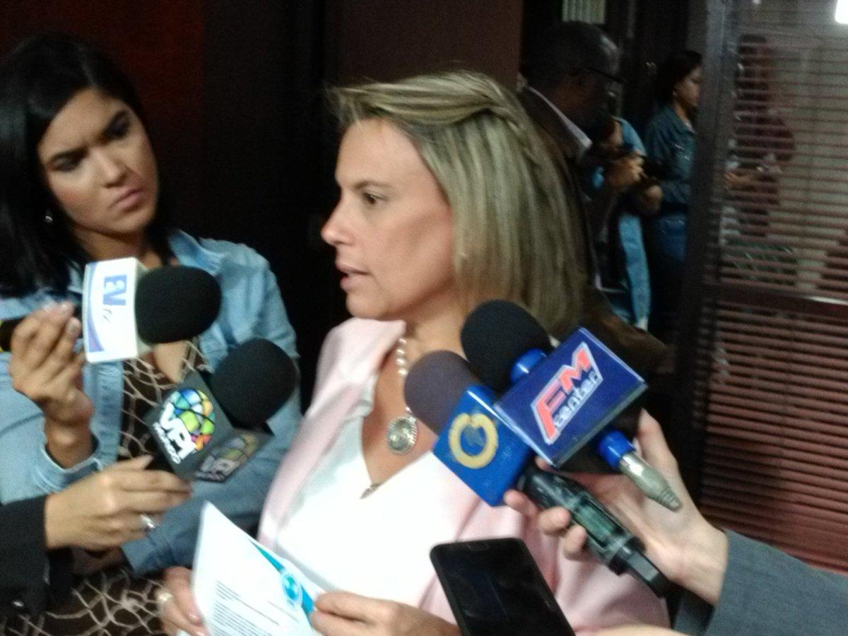 #20Jun 10:30am Directora Ejecutiva de Justicia Venezolana, Lilia Camejo, consigna en la Comisión de Defensa de la AN la lista de militares registrados como presos políticos: 152 a la fecha https://t.co/QmAF5jOpmF -