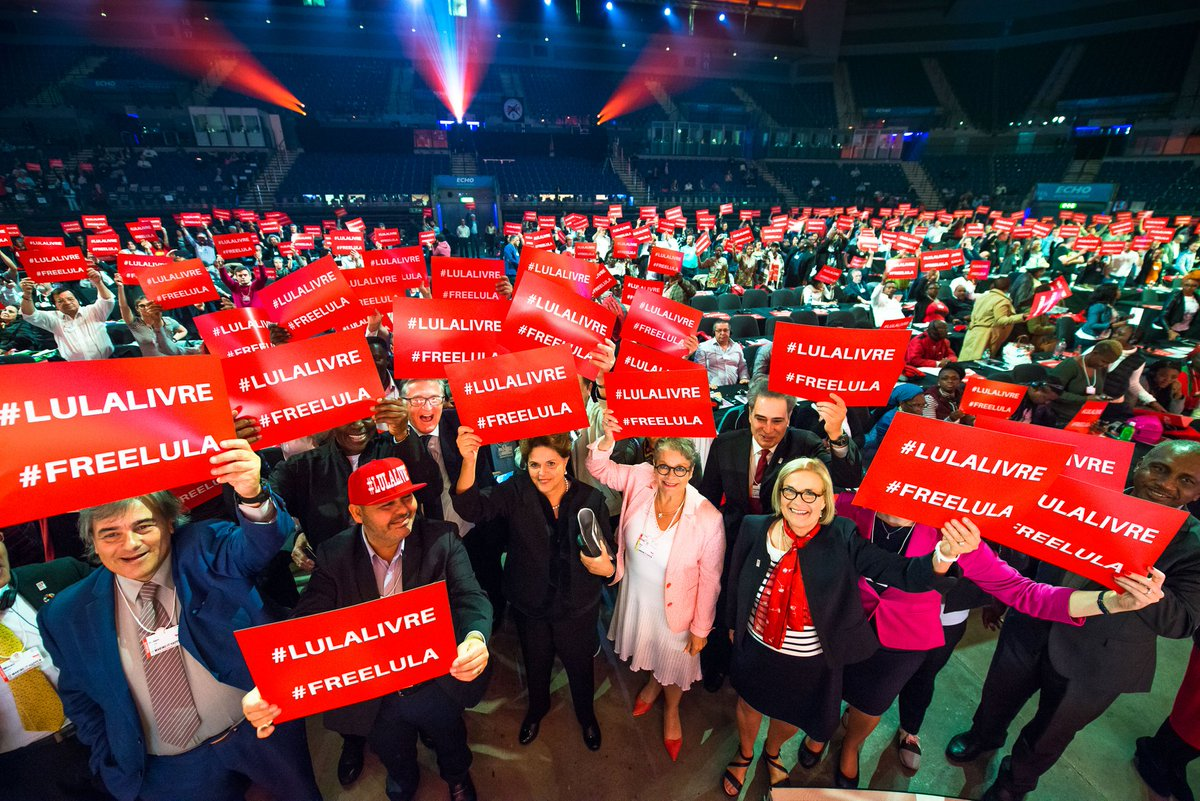 "Dilma denuncia prisão política de @LulapeloBrasil na Inglaterra. Recebida aos gritos de ""Lula Livre"", presidenta recebe a solidariedade do movimento sindical internacional. Ela discursou durante congresso da @uniglobalunion. #LulaLivre #FreeLula https://t.co/P14IQYi0Ba"
