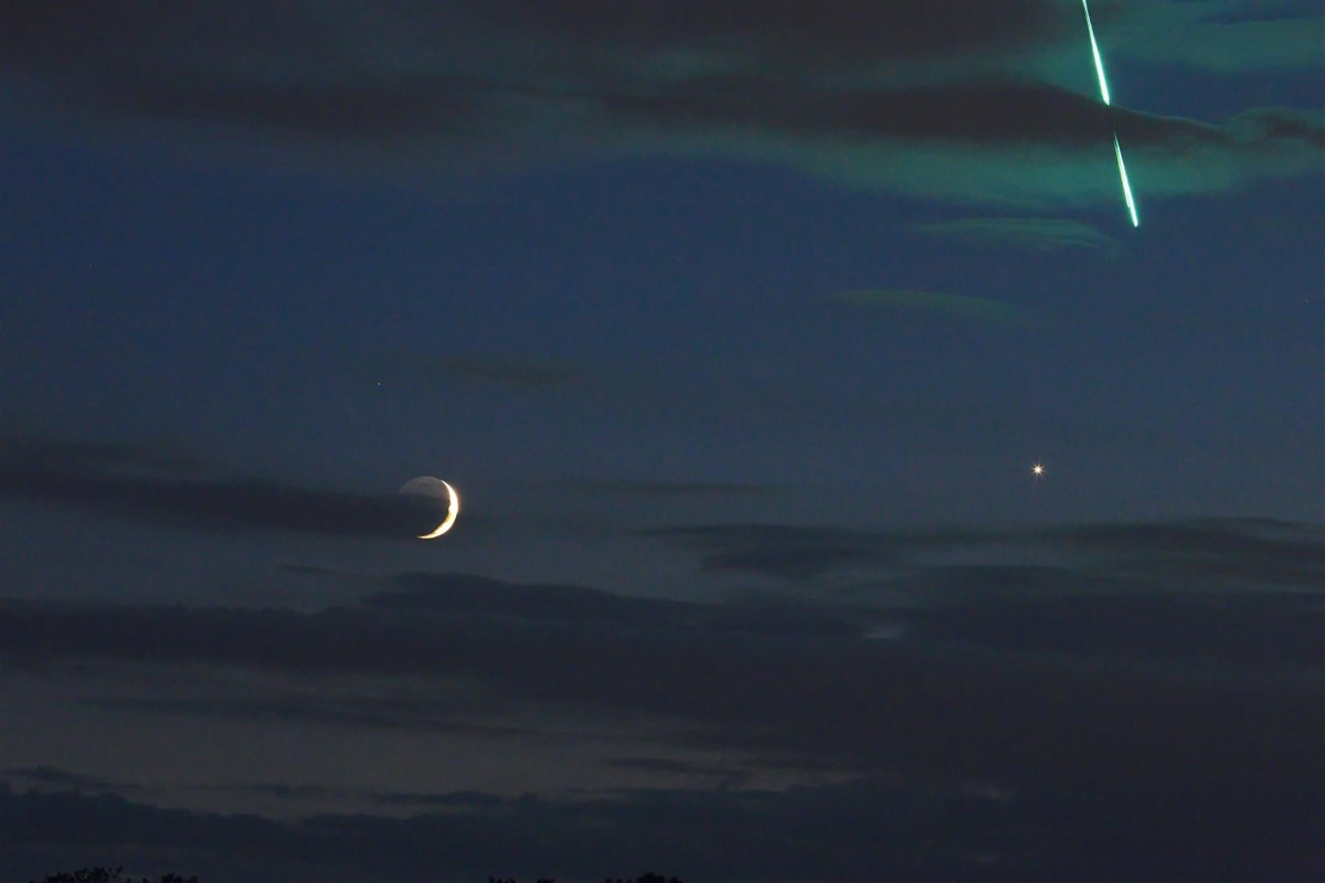 With 10 days until #AsteroidDay2018, the @esaoperations #IOTW shows the then three-day-old Moon and Venus in the evening sky... and, by cosmic chance, the streak of a meteor entering Earth's atmosphere! Captured by @UReichert on 16 June. Details: https://t.co/8OKJqvuXDO