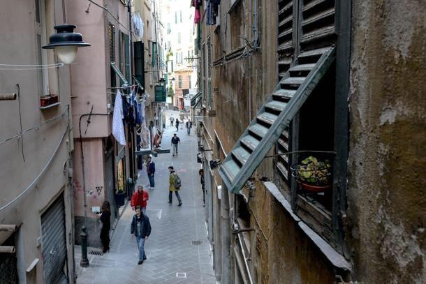 @markorusso69 #genova completamente in mano alla malavita #migranti #irregolari #economici #spaccio #prostituzione @matteosalvinimi questa città è marcia grazie #Bergoglio ha data 400 alloggi nel centro storico  - Ukustom