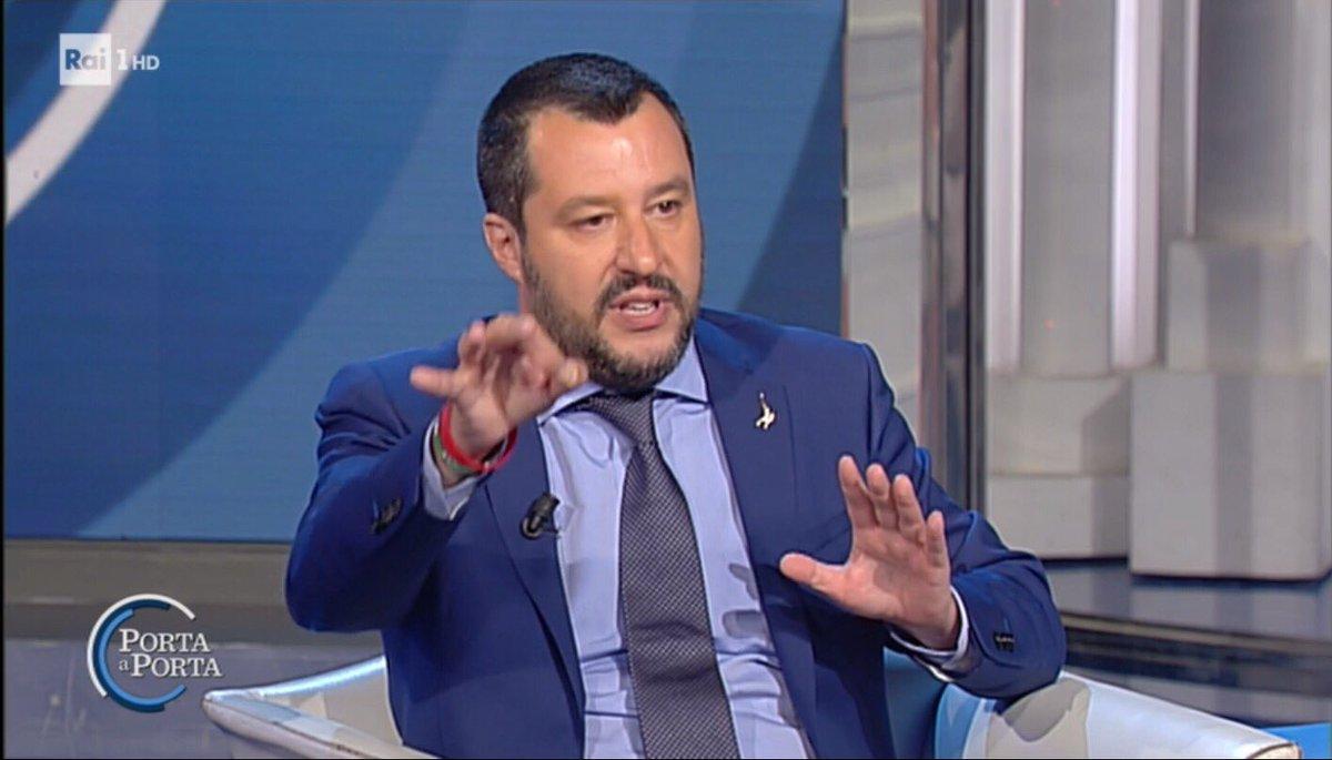 """#Salvini: Siccome voglio """"rigare dritto"""" domani andrò in una villa sequestrata ai #Casamonica per rimetterla a disposizione dei CITTADINI. #portaaporta  - Ukustom"""