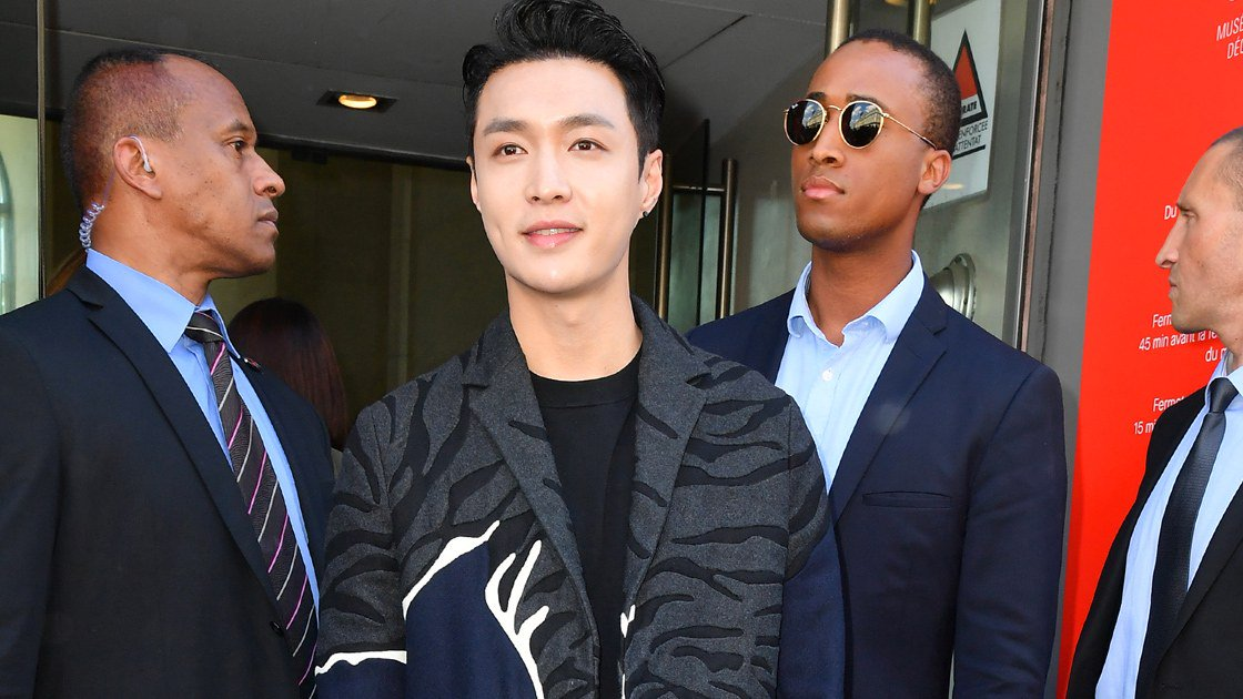 Lay Zhang of  emerged as a contender for best dressed at 's Spring/Summer show.  https://t.co/HYXKKXieOE