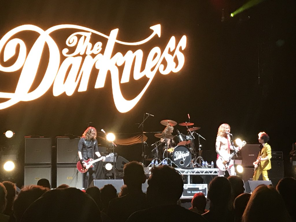 @thedarkness superb tonight as always, one of if not the best live bands around @ssearena @hollywoodvamps as Brits we should be proud and promoting one of our great rock bands! @JustinHawkins