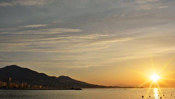 ¡Buenos días desde #Fuengirola! Último amanecer de la primavera, a las 12:07 llegará el verano. Foto: @Juanjuanitoesdg #FelizJueves Photo