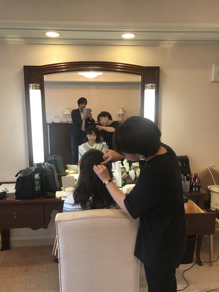 立派な控え室で♫ヘアメイク升田さんと、、あれ、後ろは事務所の人(いつもお清めの水を携帯している)