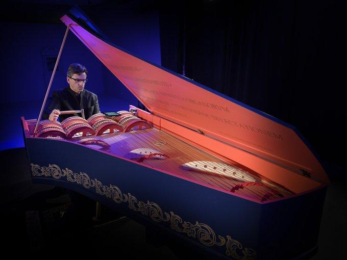 #FetedelaMusique2018 Léonard de Vinci avait inventé un instrument de musique, la viola organista, la voici au Clos Lucé en 2017 avec son créateur Slawomir Zubryzcki #JeudiPhoto Photo