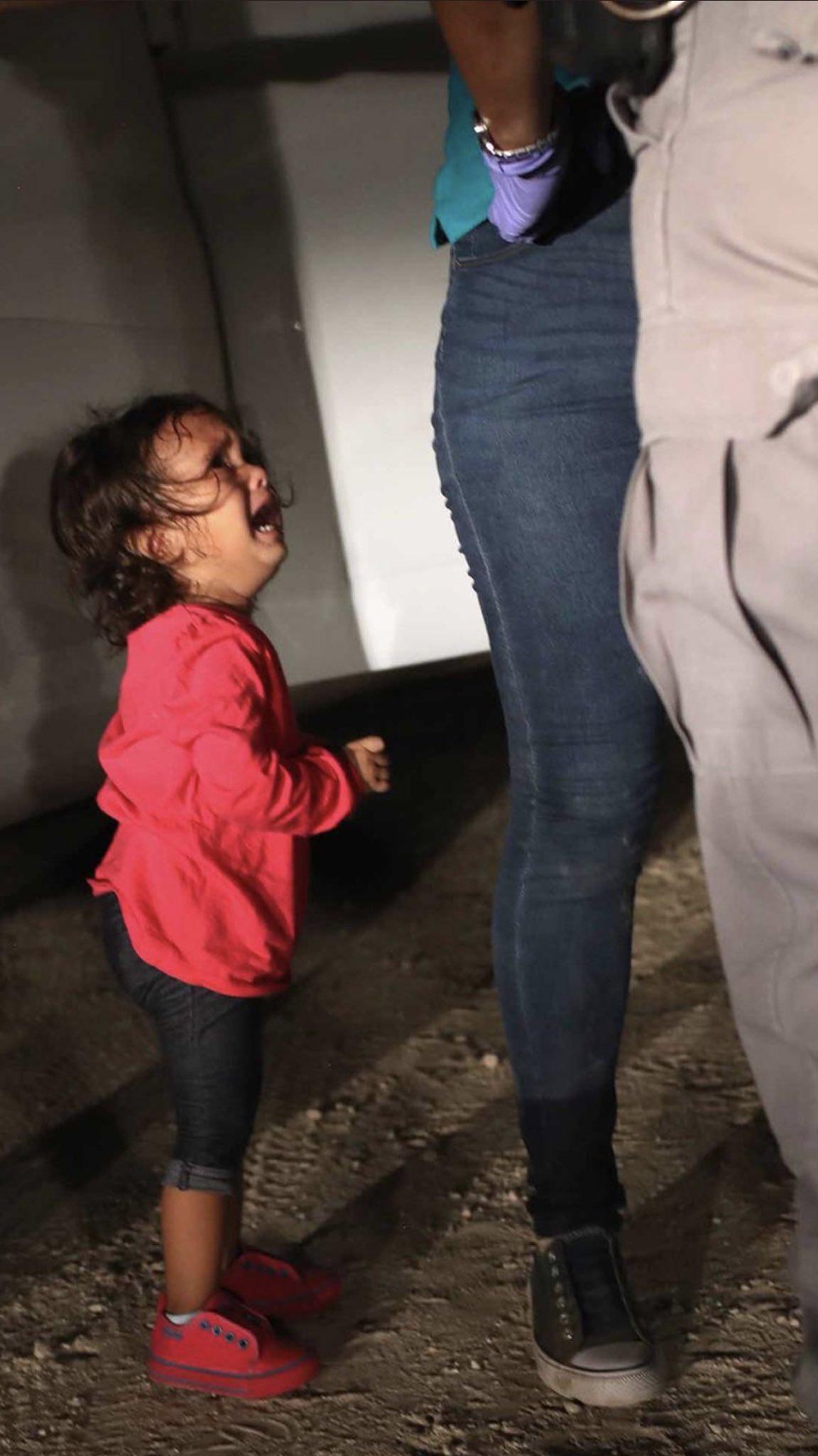 VIDEO: La foto de esta niña separada de su madre expresa la realidad migratoria en EU https://t.co/lEhKjWlLzL https://t.co/n2CglCMGpx