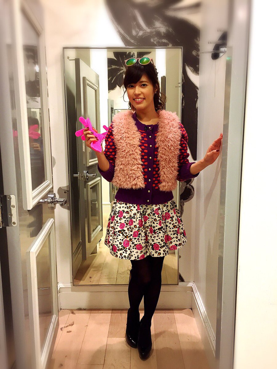 ピンクのもこもこベストに花柄のスカートをはいた神田愛花アナの画像