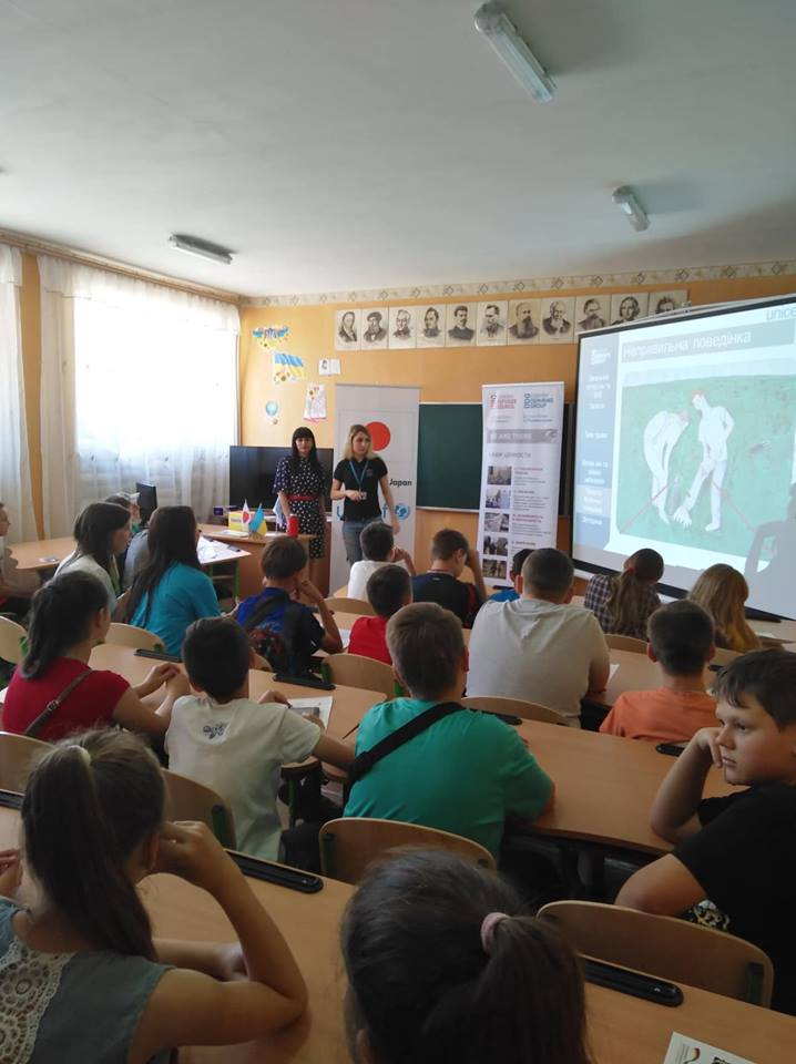 220K children threatened by mines & explosive weapons in e. Ukraine. Regional Ambassador Ms. Chan attends mine risks education session in Mariinka School. 650K children received Mine Risk Education though digital campaign & training sessions thanks to support from Gov. of Japan.
