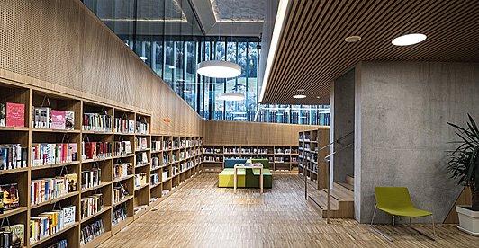 I corpi illuminanti non dovevano interferire, bensì dialogare con l'elaborato disegno del soffitto... La Biblioteca di San Martino http://bit.ly/2JY0O8o #project #lighting #illuminazione #led #Biblioteca  - Ukustom