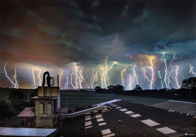 #JeudiPhoto Le photographe Frantisek Zvardon a figé les éclairs du ciel orageux de #Strasbourg : Photo
