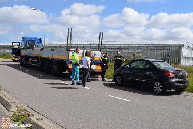 Auto klapt op vrachtwagen https://t.co/mnnYYSMGTU https://t.co/YU1aRDwI7s