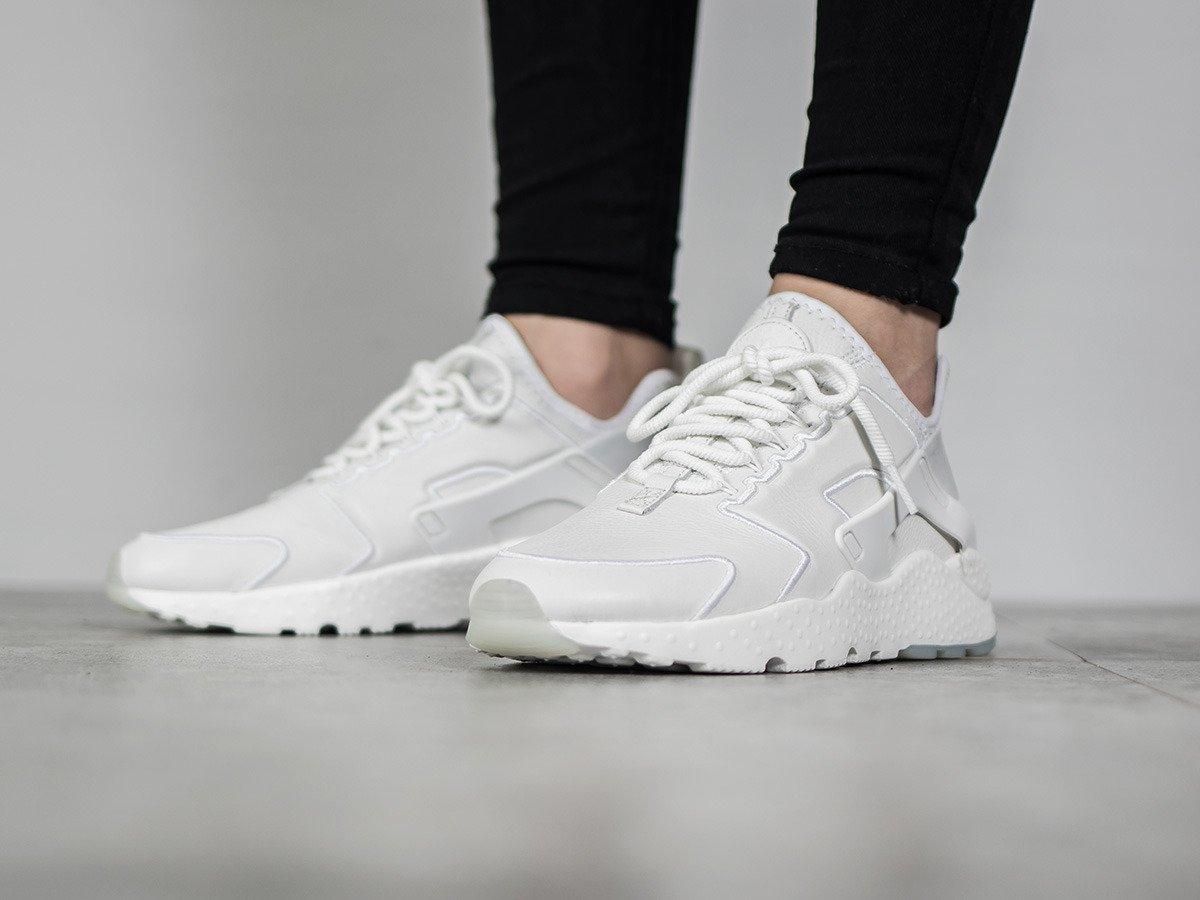 a69d51166d5c4 ... sleeker than ever. The newly updated Women s Nike Air Huarache Run  Ultra features a sleek one-piece upper and ultra-light sole